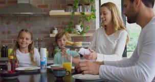 Rodzina ma jedzenie przy łomotać stół w kuchni przy wygodnym domem 4k zdjęcie wideo