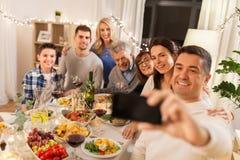 Rodzina ma obiadowego przyjęcia i bierze selfie obraz stock