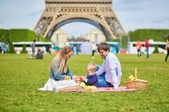 Rodzina ma pinkin w Paryż Zdjęcie Stock