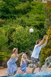 Rodzina ma zabawę ich basen rodzinna chełbotanie woda z nogami lub rękami w pływackim basenie zdjęcie stock