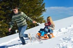 Rodzina ma zabawę na świeżym śniegu przy zimą Zdjęcia Royalty Free