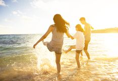 Rodzina ma zabawę na plaży obraz royalty free