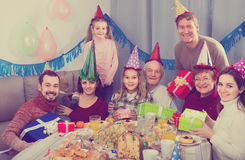 Rodzina ma zabawę podczas children's przyjęcia urodzinowego Fotografia Royalty Free