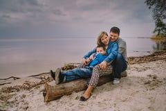 Rodzina Ma zabawę przy jesieni plażą obrazy royalty free