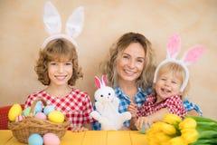 Rodzina ma zabawę w domu Wiosna wakacji pojęcie obraz stock