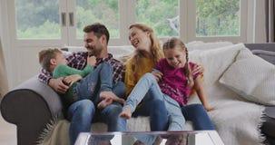 Rodzina ma zabawę w wygodnym domu 4k zdjęcie wideo