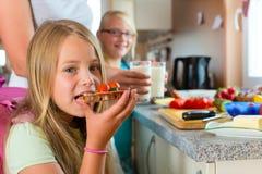 Rodzina - macierzysty robi śniadanie dla szkoły Obrazy Royalty Free