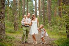 Rodzina - matki, ojca i dwa córek blondynki odprowadzenie, Obraz Royalty Free