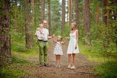 Rodzina - matki, ojca i dwa córek blondynki odprowadzenie, Zdjęcia Stock