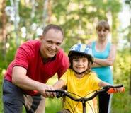 Rodzina na cykl przejażdżce W lesie fotografia stock