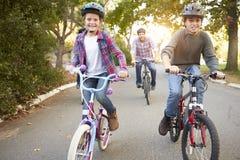 Rodzina Na cykl przejażdżce W wsi obraz royalty free