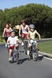 Rodzina Na cykl przejażdżce Wpólnie obraz stock