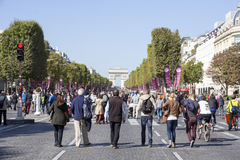 Rodzina na czempionach Elysees przy Paryskim samochodem uwalnia dzień Zdjęcie Stock