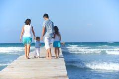 Rodzina na drewnianym jetty. Zdjęcia Royalty Free