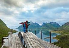 Rodzina na lata Senja wybrzeżu (Norwegia, biegunowy dzień) fotografia royalty free