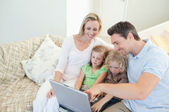 Rodzina na leżance z laptopem fotografia stock