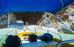 Rodzina na małej plaży Kefalonia, Grecja (,) fotografia stock