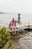 Rodzina na nabrzeżu zdjęcie royalty free
