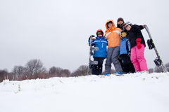 Rodzina Na Narciarskim Wakacje W Górach Zdjęcie Stock