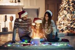 Rodzina na nowego roku ` s wigilii obrazy royalty free