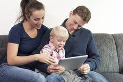 Rodzina na pastylka komputerze osobistym Fotografia Stock