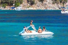 Rodzina na pedałowej łodzi Obrazy Royalty Free
