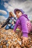 Rodzina na piaskowatej plaży Obrazy Royalty Free