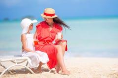 Rodzina na plażowym obsiadaniu na plażowych krzesłach obrazy stock
