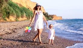 Rodzina na plaży przy zmierzchem zdjęcia stock