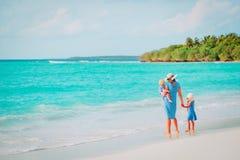 Rodzina na plażowej matce z dwa dzieciakami przy morzem Zdjęcia Royalty Free