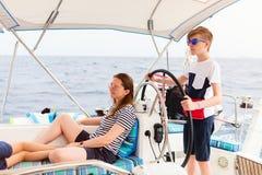 Rodzina na pokładzie żeglowanie jachtu fotografia stock