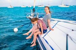 Rodzina na pokładzie żeglowanie jachtu zdjęcie stock