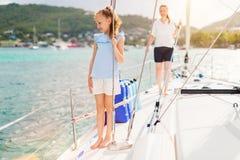 Rodzina na pokładzie żeglowanie jachtu obrazy royalty free