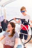 Rodzina na pokładzie żeglowanie jachtu obraz stock