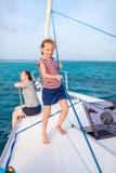 Rodzina na pokładzie żeglowanie jachtu fotografia royalty free