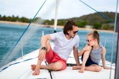 Rodzina na pokładzie żeglowanie jachtu obrazy stock