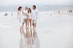Rodzina na wakacje przy plażą Obraz Royalty Free
