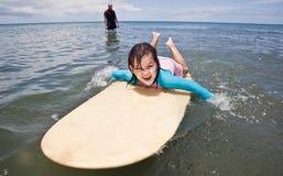 Rodzina na wakacje Rodzinny surfing twój wakacje rodzinny szczęśliwy lato Fotografia Royalty Free