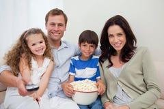 Rodzina ogląda film wpólnie fotografia stock