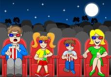 Rodzina ogląda 3D film w plenerowym kinie Fotografia Stock