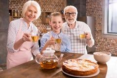 Rodzina pije herbaty w domu zdjęcie royalty free