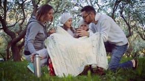 Rodzina pije herbaty w wiosna ogródzie zdjęcie wideo