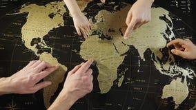 Rodzina planuje nową wycieczkę z podróży mapą zdjęcie wideo