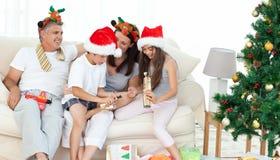 Rodzina podczas Święto Bożęgo Narodzenia Fotografia Royalty Free