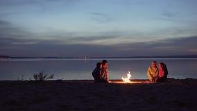 Rodzina podr??nicy z dzieciakami odpoczywa woko?o nocy ogniska morzem zdjęcie wideo