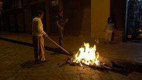 Rodzina podsyca ulicznego ognisko przy północą na nowy rok wigilii pali Starego roku wizerunek Cuenca Ekwador, Grudzień - 31, 201 zbiory wideo