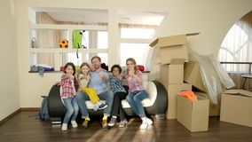 Rodzina pokazuje aprobaty indoors zbiory