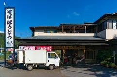 Rodzina posiadał warzywo sklep z doręczeniową ciężarówką, ślad na foregr Zdjęcie Stock