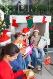 Rodzina prezenta pudełka otwarci boże narodzenia wakacyjni Zdjęcia Stock