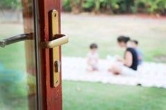 Rodzina przeglądać przez otwarte drzwi Zdjęcie Stock